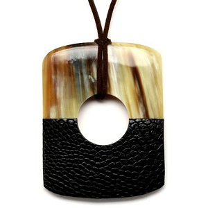 Q12521 BLACK HALF LEATHER/WATER BUFFALO HORN PENDANT
